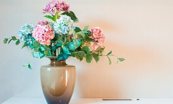 Flores artificiais em vaso sofisticado