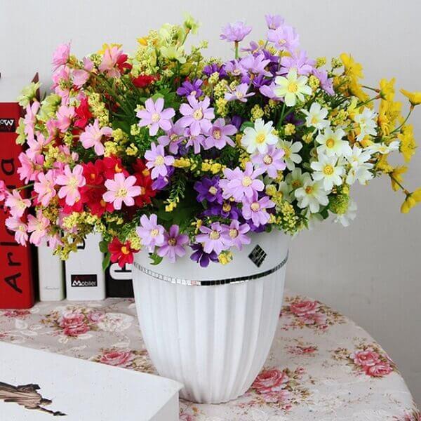 Flores artificiais na decoração de mesa