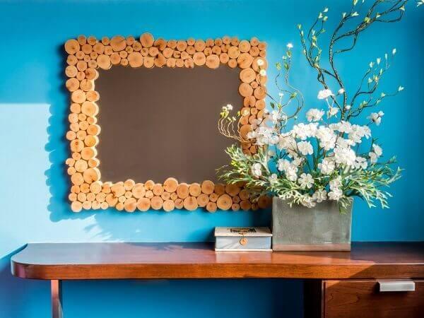 Flores artificiais na decoração de sala
