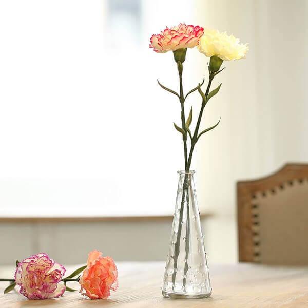 Flores artificiais na mesa de jantar