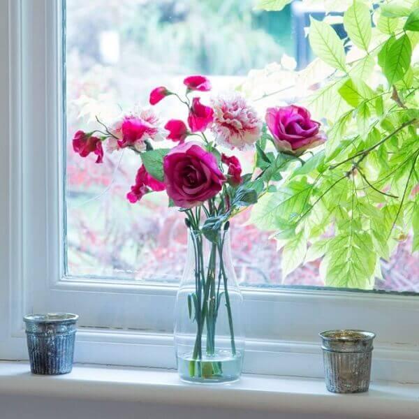 Flores artificiais para decorar janela