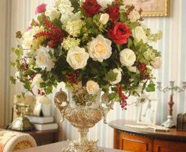 Flores artificiais rosas em vasos