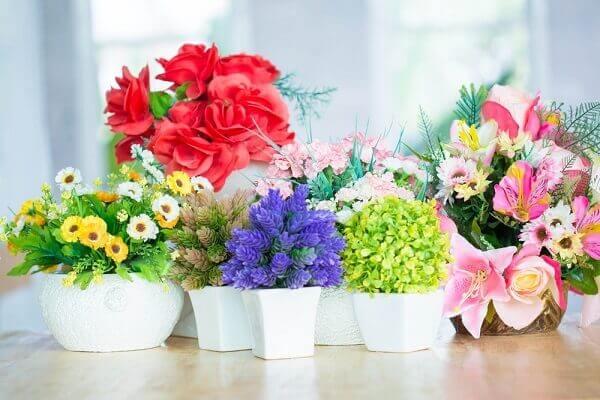 Flores artificiais vasos na prateleira