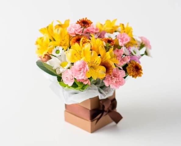 Flores do campo amarelas e rosadas em caixa Foto de Isabela Flores