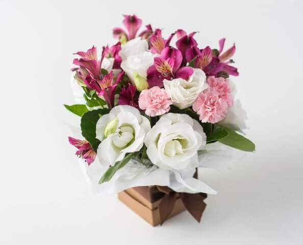Flores do campo cor de rosa em caixa Foto de Isabela Flores