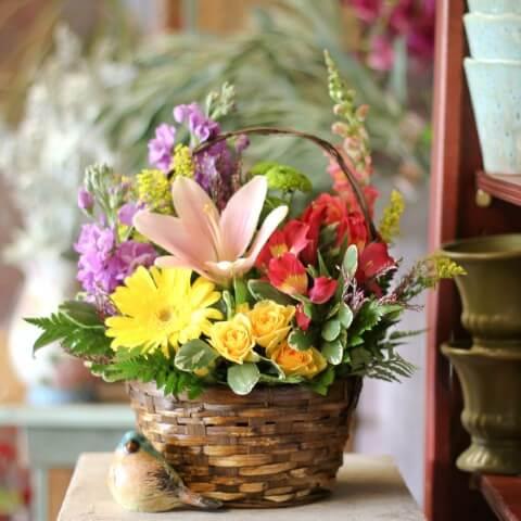 Flores do campo em cesto de vime Foto de Main Floral