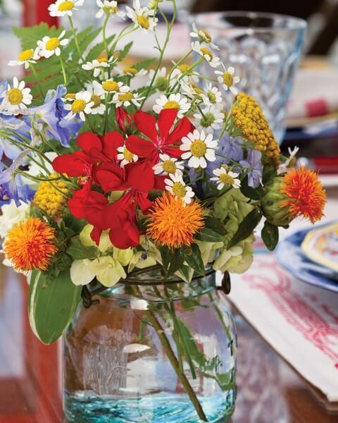 Flores do campo laranjas e vermelhas Foto de Southern Lady Magazine