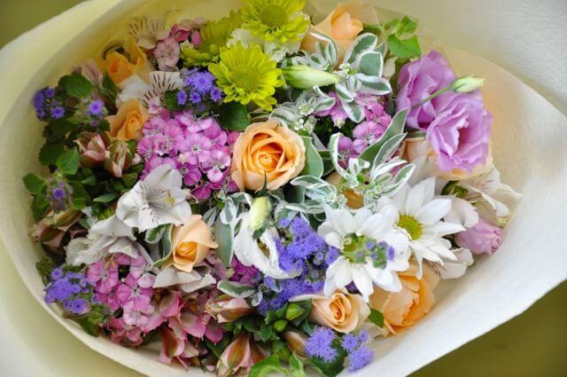 Flores do campo variadas em buquê Foto de Yuga Floral Design