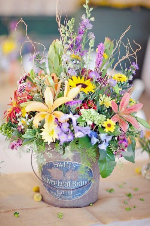 Flores do campo variadas em pote com visual rústico Foto de Pinterest