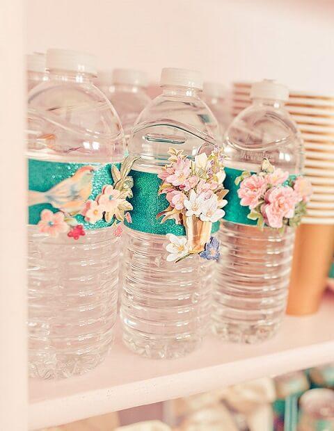 Garrafas d'água decorada com flores e passarinhos em decoração de festa de jardim encantado Foto de Encontrando Ideias