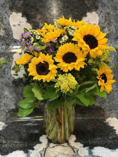 Girassóis e outras flores do campo em arranjo Foto de Victoria Park Flowers