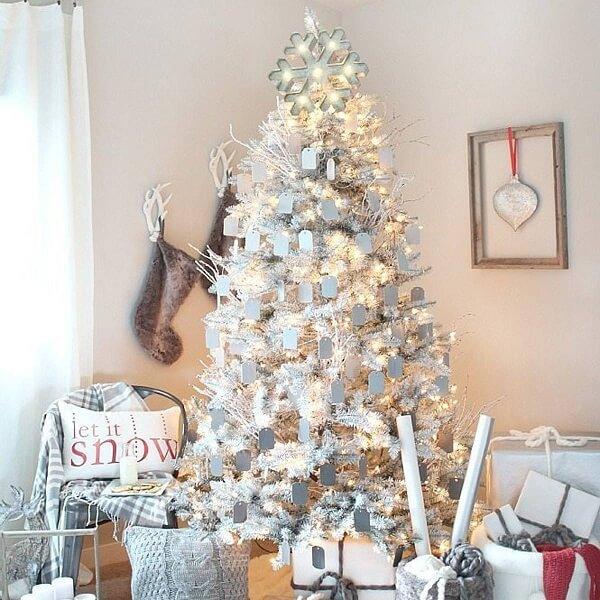 Árvore de Natal branca iluminada e enfeitada