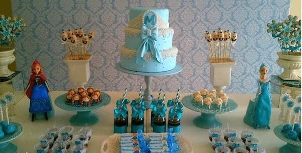 Ideias criativas de mesa para festa Frozen com bolo