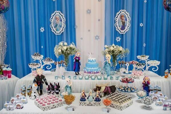 Ideias criativas mesas com doces para festa frozen