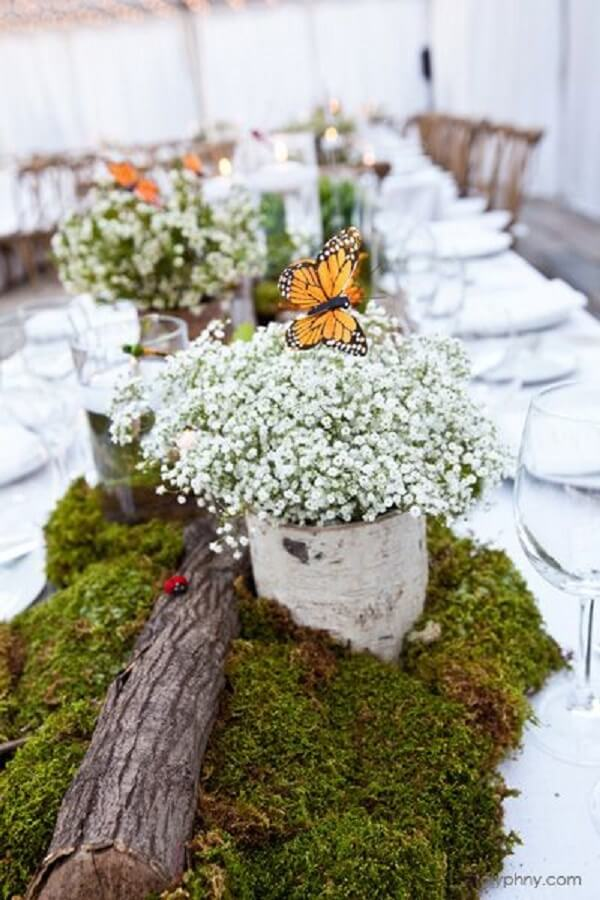 Decorate and spread flowers on the guests' table