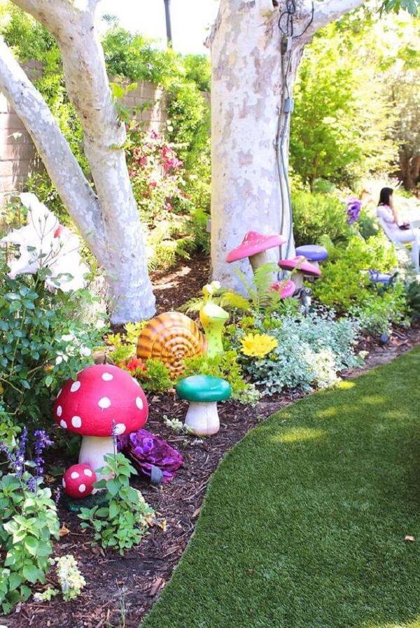 Jardim encantado com diversos enfeites coloridos