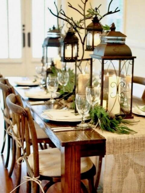 Decorative lamps as Christmas dinner table ornaments Photo by Pinterest