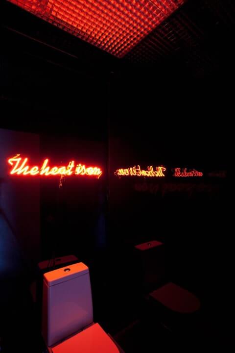 Lavabo com decoração neon com letreiro luminoso Projeto de Triplex Arquitetura