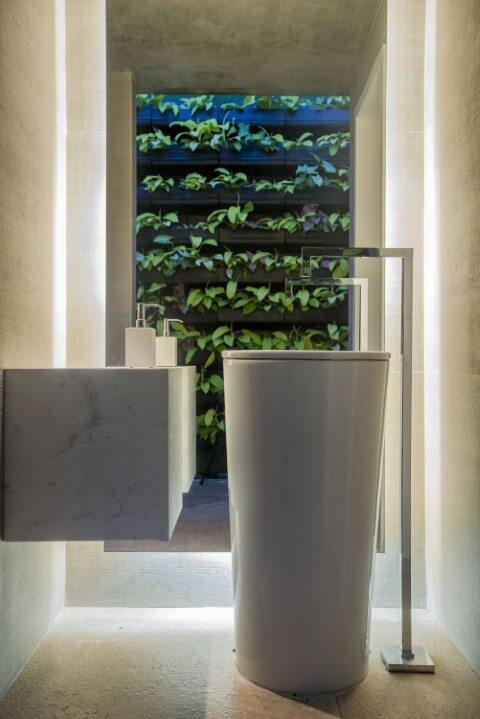 Lavabo com jardim vertical em estrutura de madeira Projeto de Rodrigo Maia