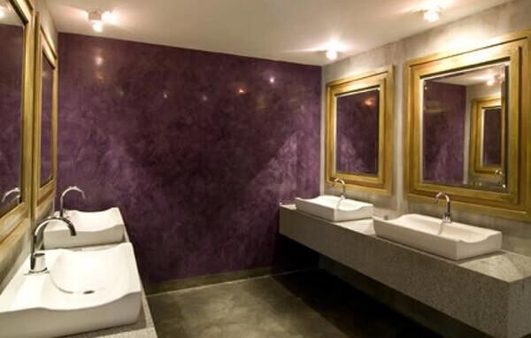 Marmorato na cor roxa em banheiro