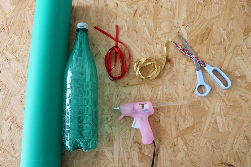 Materiais para fazer a sua árvore de natal artesanal de garrafa pet