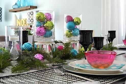 Mesa de ceia de natal com bolas de natal coloridas Foto de Hey There Home