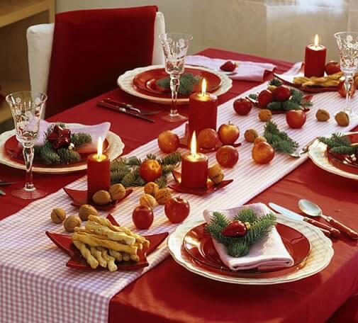 Mesa de ceia de natal com nozes e frutas Foto de Zajenata