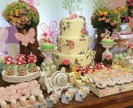Mesa de madeira com docinhos e bolo de decoração jardim encantado Foto de Inspire Sua Festa
