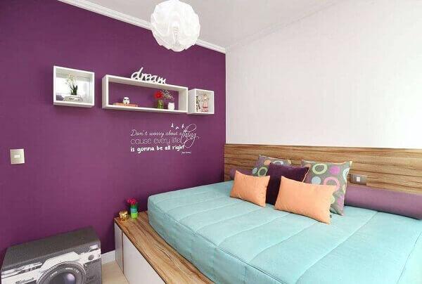 Nichos para quarto em decoração com parede roxa
