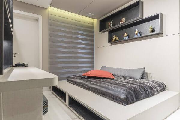 Os nichos para quarto na cor cinza combinam com as cores da colcha e acessórios