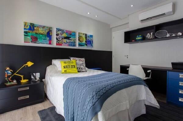 Os nichos para quarto de solteiro servem como estante para objetos esportivos