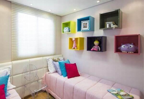 Os nichos para quarto quadrados e coloridos completam a decoração do dormitório