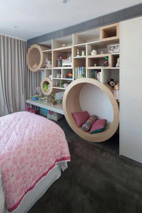 Na decoração um dos nichos para quarto se transformam em poltrona