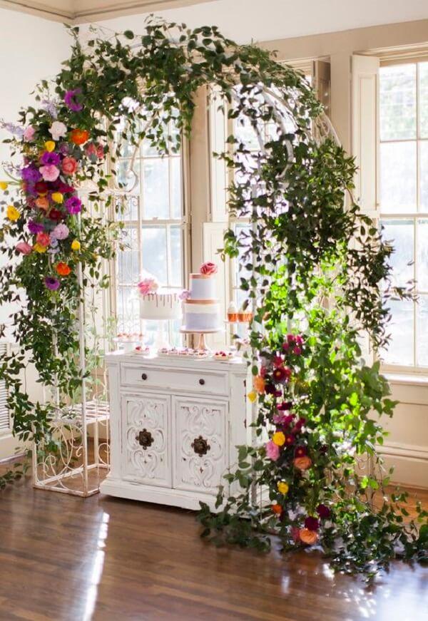 O arco de flores é perfeito para a festa jardim encantado
