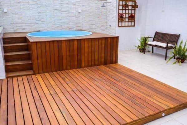 O deck de madeira cria um ambiente charmoso