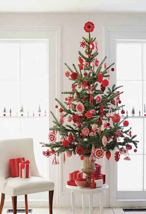 O pinheiro de natal para ficar mais alto foi posicionado sobre o banquinho branco