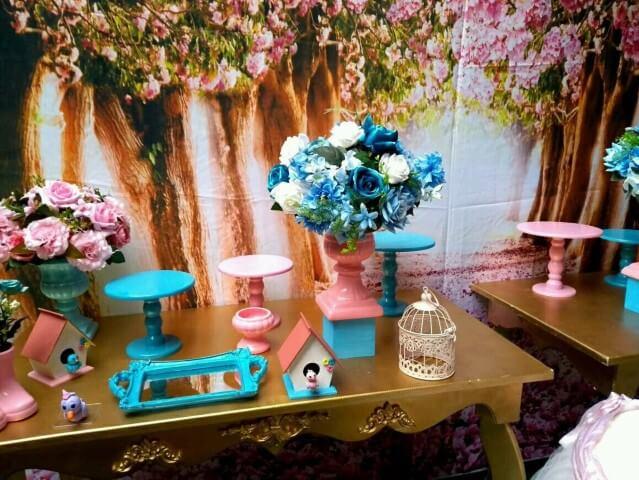 Painel com árvores e flores em decoração jardim encantado Foto de Real Dreams
