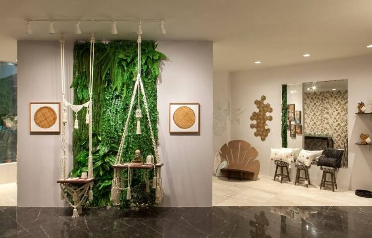 Parede com jardim vertical e quadros decorativos Projeto de Casa Cor RN