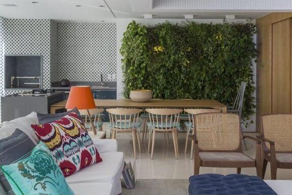 Parede com jardim vertical em sala ampla integrada Projeto de Ih! Designers