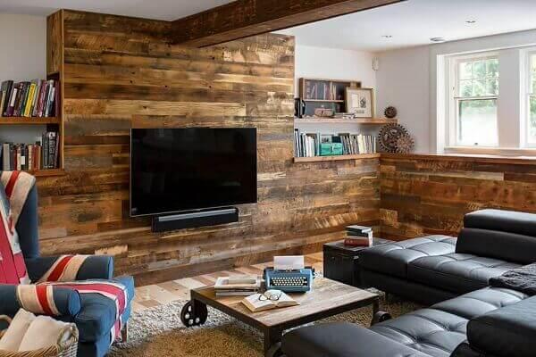Parede de pallet é o destaque na sala de estar