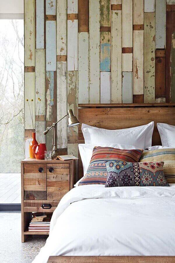 Parede de pallet colorido em quarto de casal