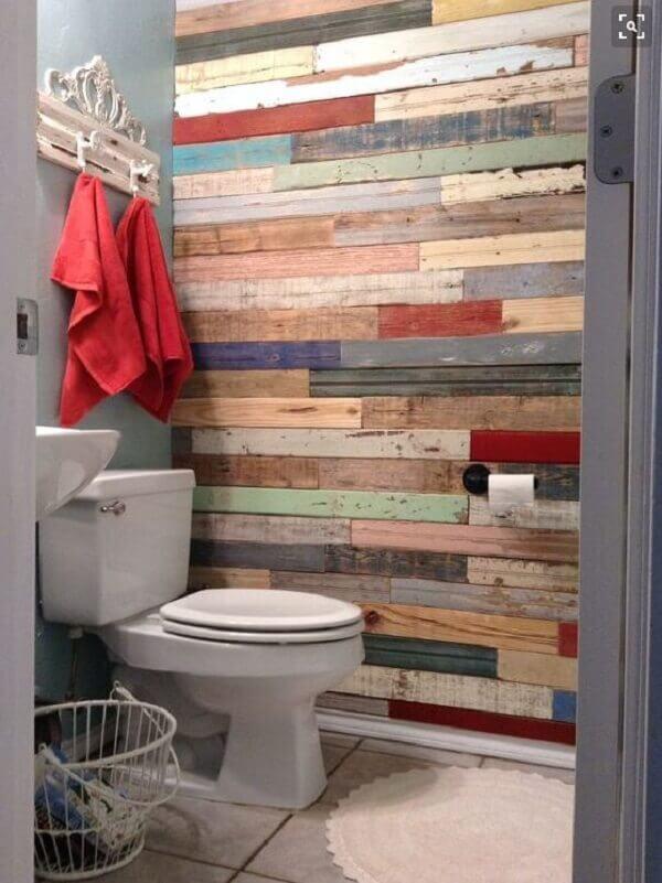 Parede de pallet colorido no banheiro