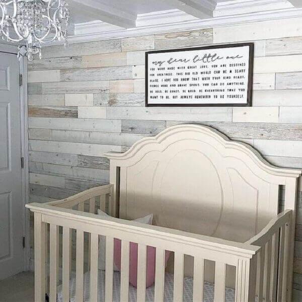 Parede de pallet em quarto de bebê