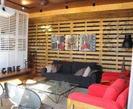 Parede de pallet em sala de estar