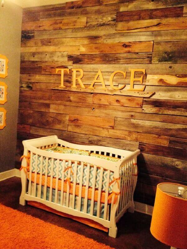 Parede de pallet escuro em quarto de bebê