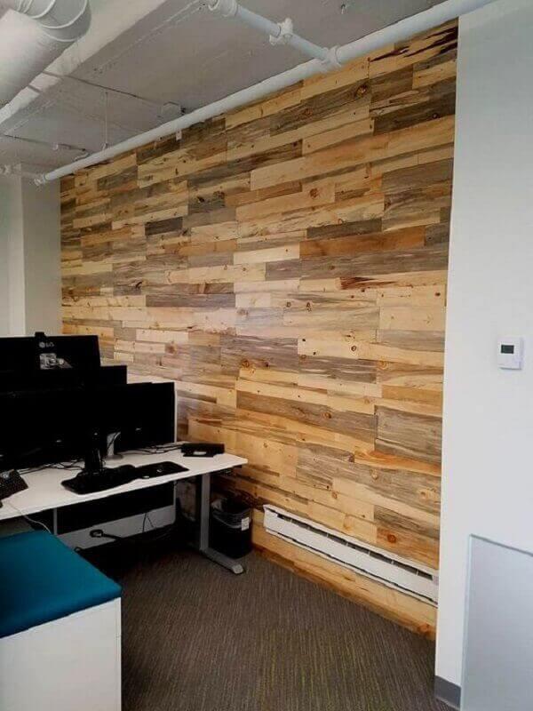 Parede de pallet no escritório