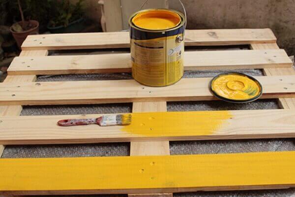 Parede de pallet pintada na cor amarela