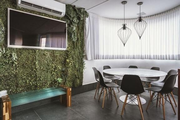 Parede verde feita de jardim vertical em ambiente moderno Projeto de Daniela Gradella
