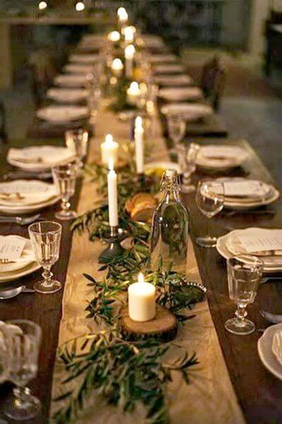 Passadeira dourada com plantas e velas Foto de Pinterest