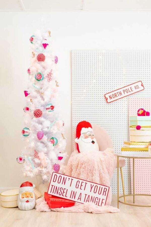 Pinheiro de natal branco decorado com enfeites alegres